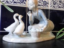 COLLECTABLE RETIRED LLADRO PASTELS FIGURINE GIRL FEEDING DUCKS 4849 RESTORED